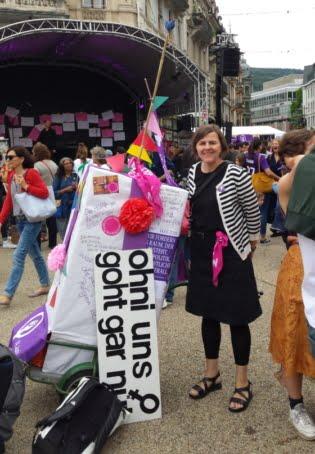 Brigitte Hählen und viele andere auf dem Zentralplatz
