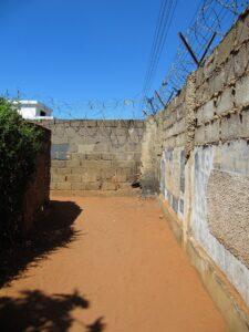 Mauer in Polana Caniço (Foto: Barbara Heer)
